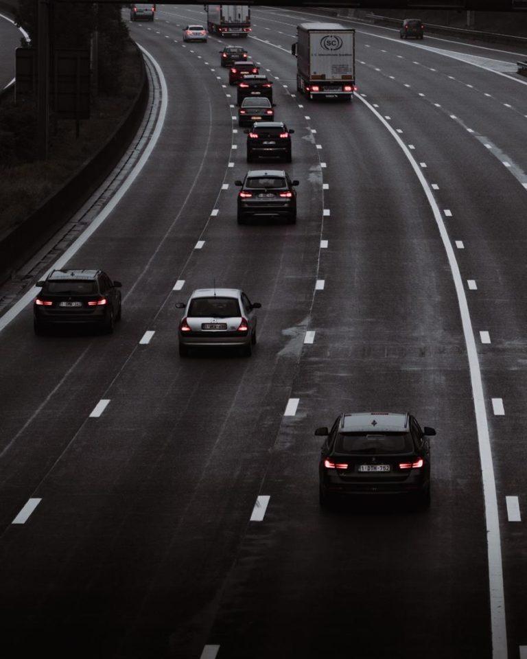 Jaki usługi są świadczone przez firmy zajmujące się pomocą drogową
