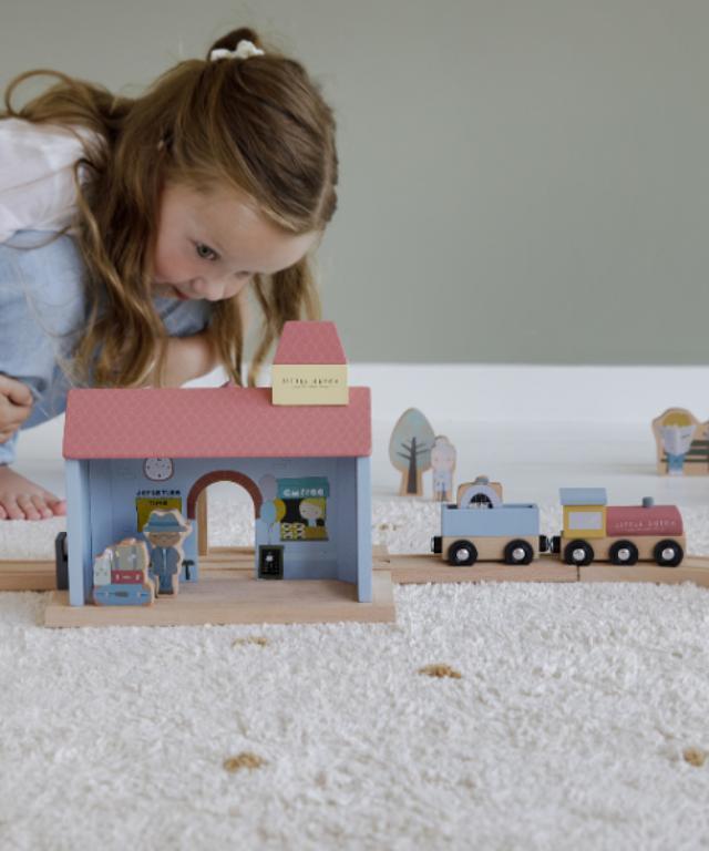 Dlaczego warto kupić dziecku drewnianą kolejkę?